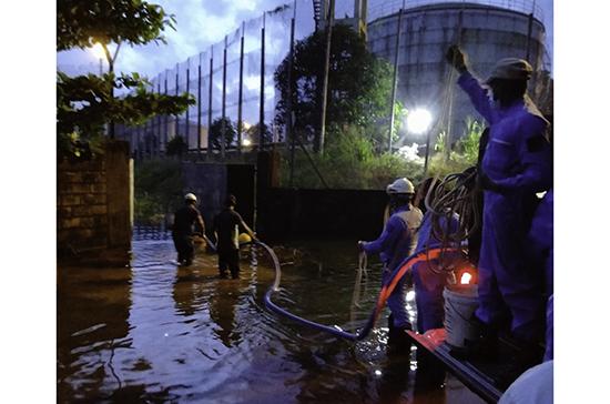 Sri Lanka Navy and Coast Guard leap into action to skim furnace oil mixed with rain water from Sapugaskanda Oil Refinery